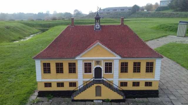 Hans de Hofmanns rådhus i den historiske miniby (Foto: Claes Andersen)