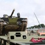 Infanterikampkøretøj bliver læsset på en af Forsvarets store lastbiler inden afgang til Tyskland. Foto: Tue Skals