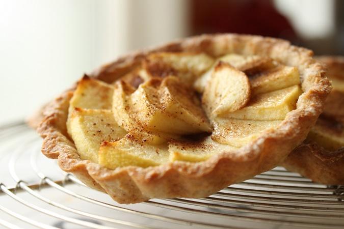 Tartelettes aux pommes sur un praliné