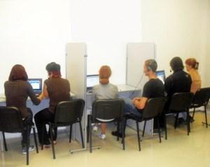 Каждое рабочее место оснащено современным ноутбуком с выходом в Internet для проведения интервью по методике CAWI; специальным микрофоном, наушниками