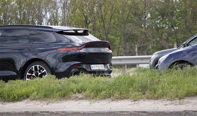 В Украине новейший кроссовер Aston Martin DBX попал в ДТП 2