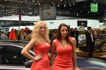Девушки на автосалоне-6