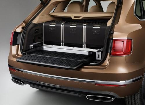 Фото Bentley Bentayga - вид на багажник.