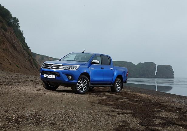 Toyota Hilux на горной дороге.