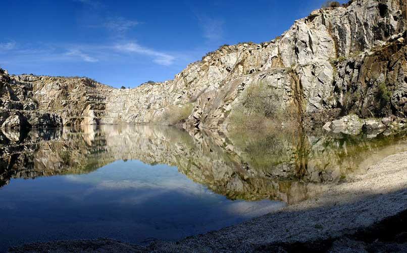 lago_en_la_cantera_de_alcantara_