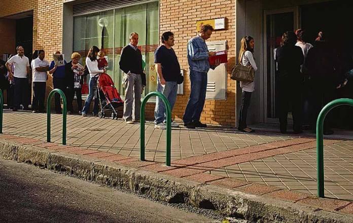 Colas-en-una-oficina-de-empleo-en-Madrid