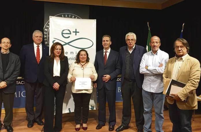 La alcaldesa de Montánchez, María José Franco, recoge el premio en el ILM de Cáceres.