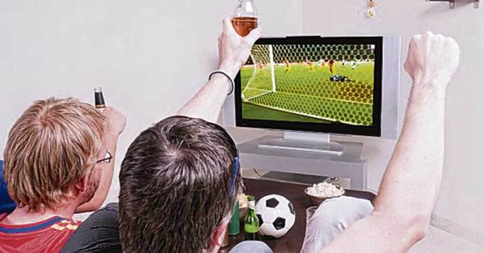tv_football_fans_watch_friends_interest_hobby_sports