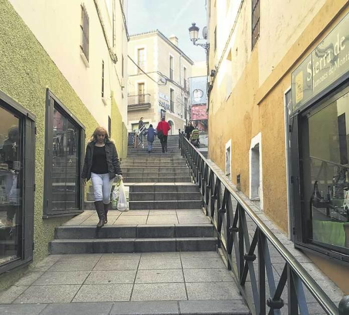 Calle Alzapiernas, donde se proyecta instalar unas escaleras mecánicas con cargo a loa Fondos Europeos