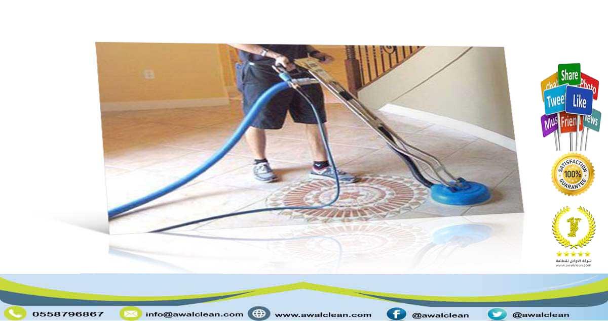 عامل ينظف البلاط