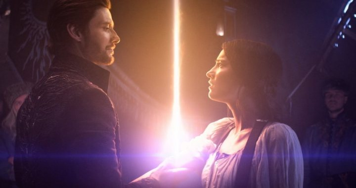 SHADOW AND BONE (L to R) BEN BARNES as THE DARKLING / GENERAL KIRIGAN and JESSIE MEI LI as ALINA STARKOV in SHADOW AND BONE Cr. COURTESY OF NETFLIX © 2021
