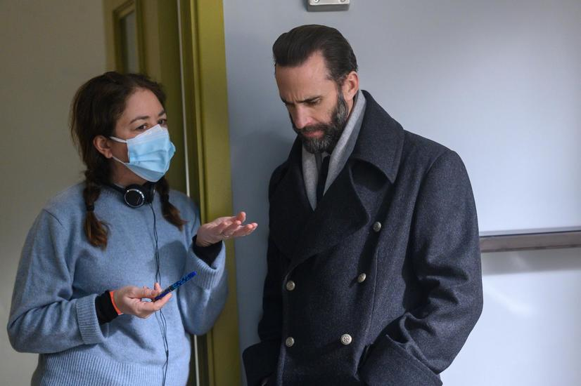 """PHOTO EMBARGOED FOR USE UNTIL JUNE 16th, 2021. The Handmaid's Tale -- """"The Wilderness"""" - Episode 410 -- June draws on all her resources and relationships, risking everything to ensure her own kind of justice. Director Liz Garbus and Fred Waterford (Joseph Fiennes), shown. (Photo by: Sophie Giraud/Hulu)"""
