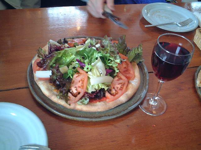 美味なるワインとピザ