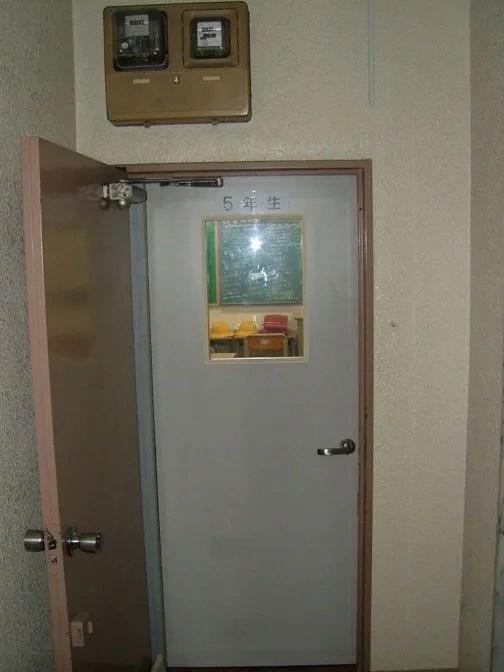 宴会場(教室)は建物2階。二重扉を開けると、そこは・・・