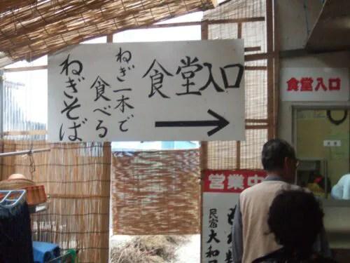 入り口は建物脇にある