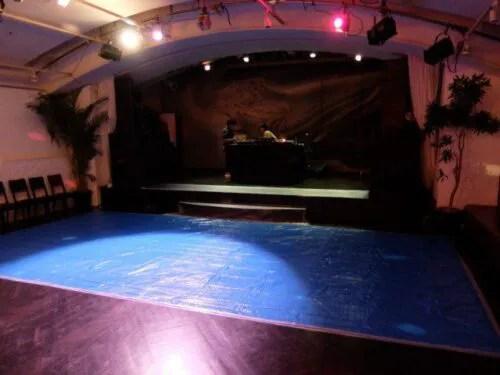 ステージと、ブルーシート