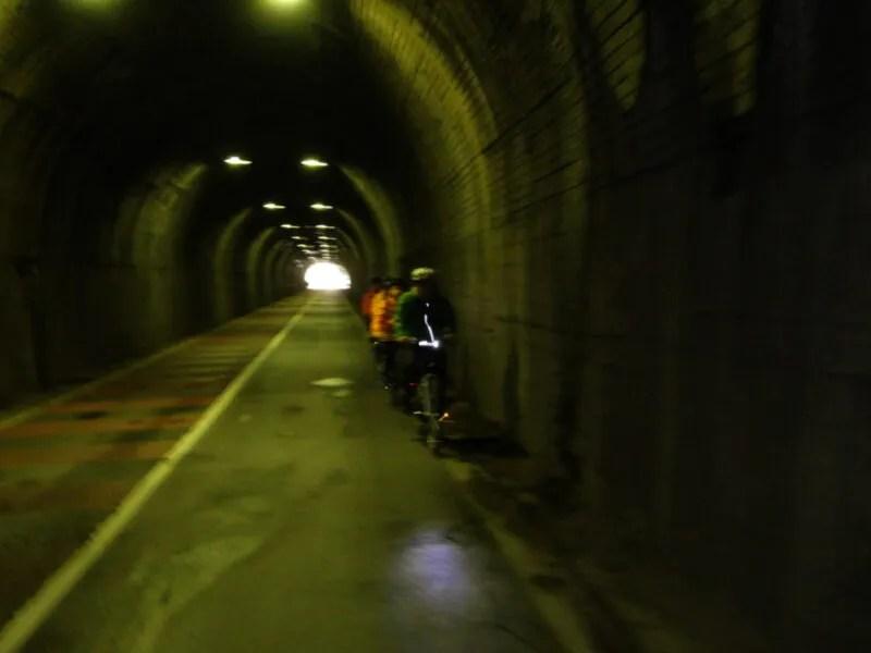 トンネル通過中