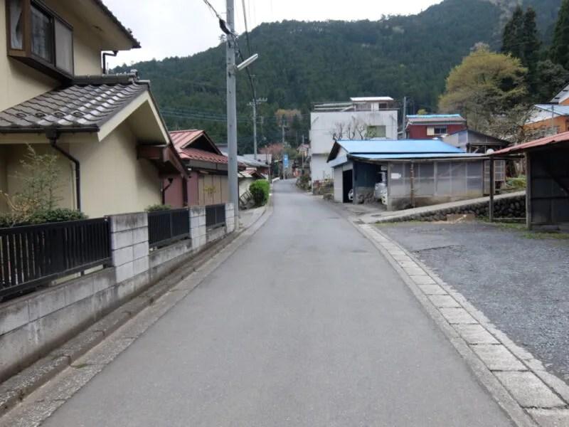 町の中を走る