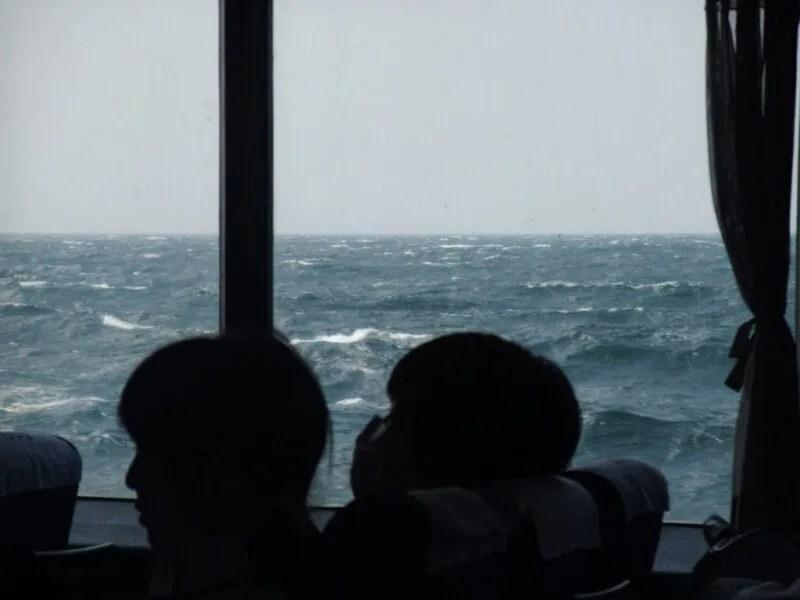 高速艇が海の上を走る