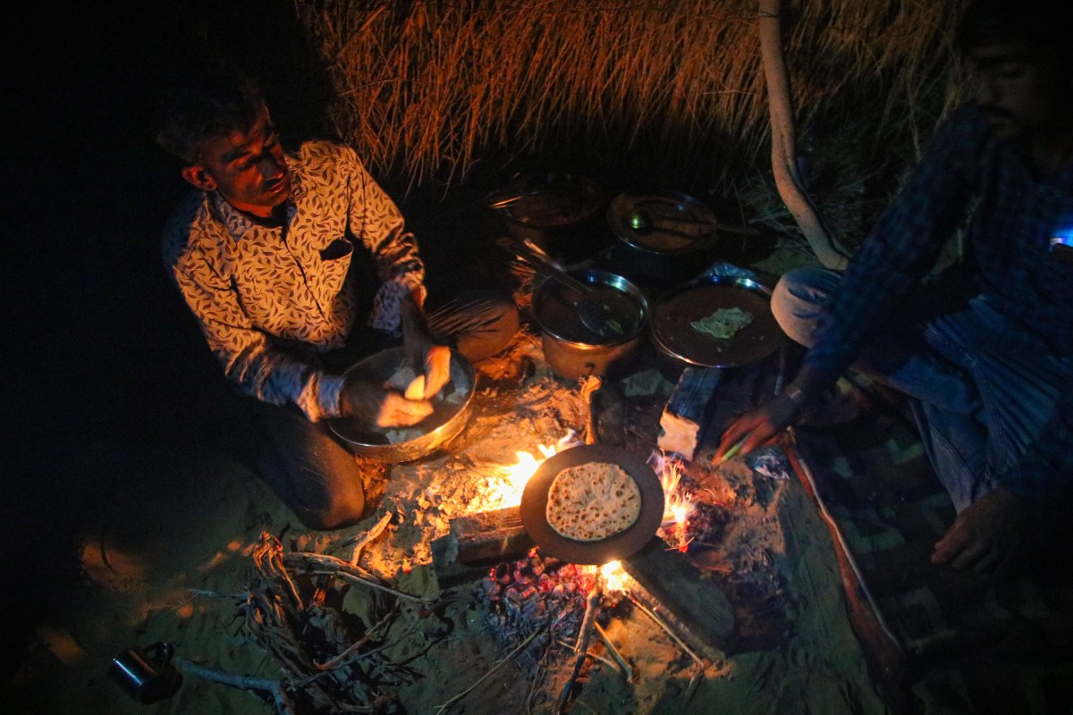 Making Indian breads on the campfire in Jaisalmer.