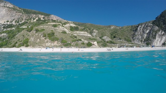 Пляж Миртос и город Ассос на Кефалонии
