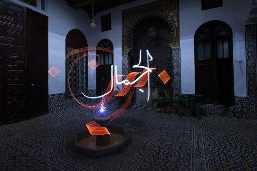 Француз Жульен Бретон пишет арабскую каллиграфию светом