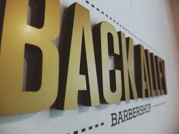 Фирменный стиль и интерьер мужской парикмахерской «Back Alley»
