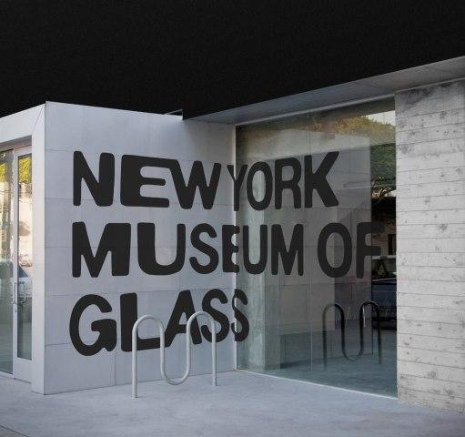 Логотип и стиль нью-йоркского Музея Стекла