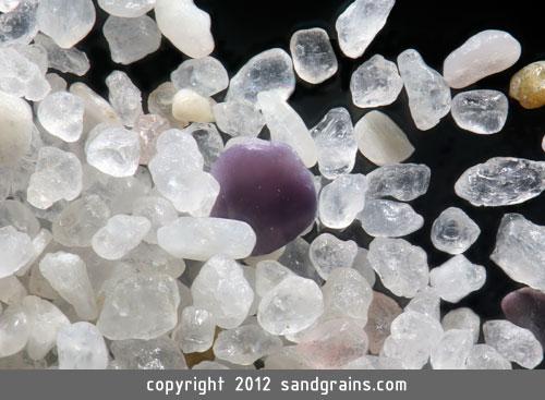 Песок, увеличенный микроскопом в 100-300 раз