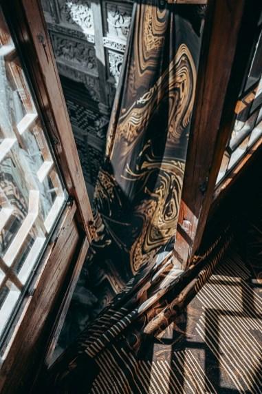 «Шёлковый танец» — инсталляция крупногабаритных шелковых полотен с работами Покраса Лампаса в старом доме на окраине Шанхая
