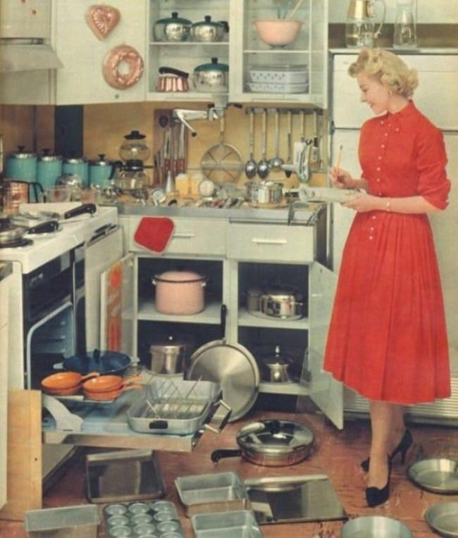 20 1 - DIA DA DONA DE CASA: Guia da 'boa esposa' dos anos 50 traz dicas de comportamento no lar