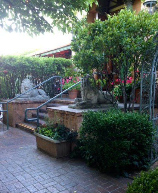 stone lions at Tra Vigne