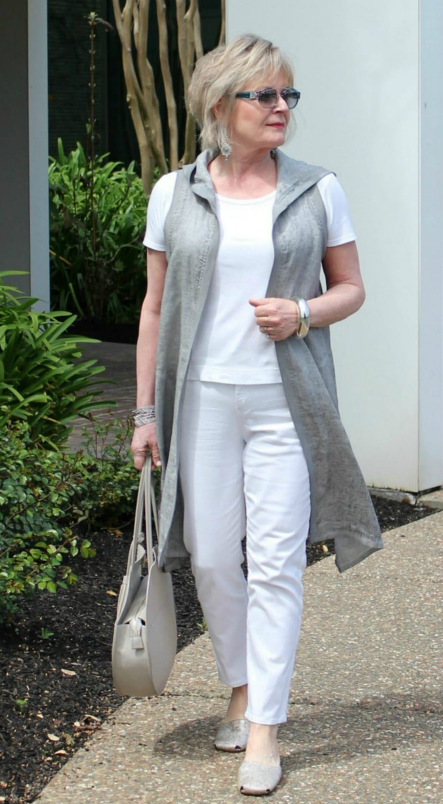 Jennifer Connolly of A Well Styled Life wearing a column of color to show tips to look taller and slimmer
