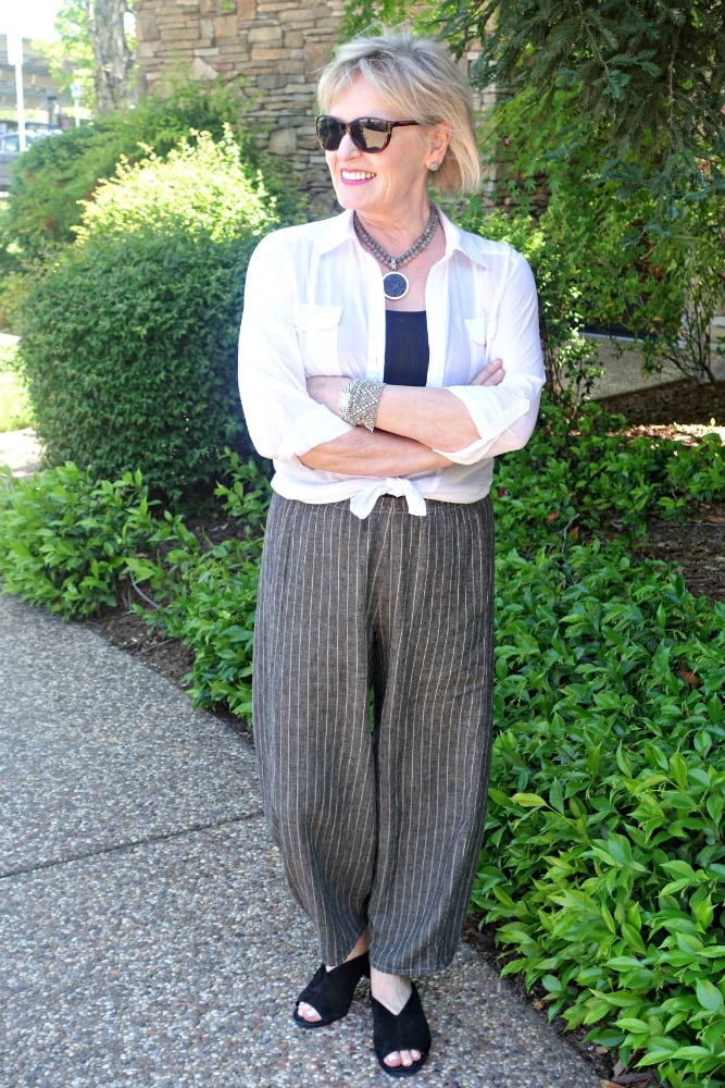 Jennifer Connolly of A Well Styled Life wearing lantern pant with white shirt tied at waist