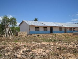 Volunteering in Kenya - What have I done? Living on an island with no running water or electricity   awelltravelledbeauty.com