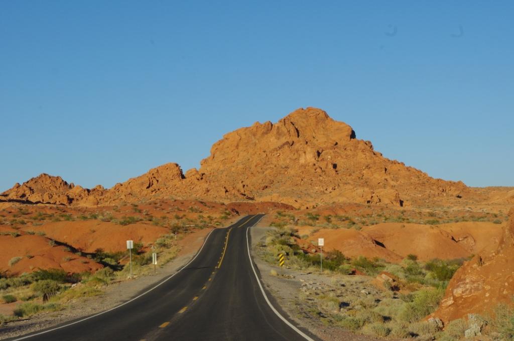 Straße und Berg in der Abendsonne