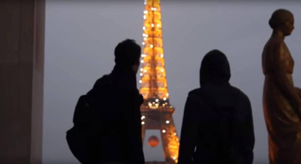 Climbing Eiffel Tower - Screencap 2