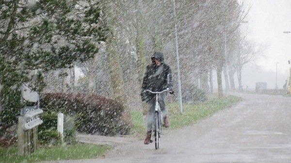 Sommige buien gingen gepaard met sneeuw. Deze foto werd gemaakt in Roodeschool door Jannes Wiersema.