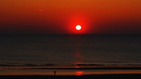 De zonsondergang was weer fraai gisteren. Deze foto werd gemaakt door Sjef Kenniphaas in Egmond aan Zee.