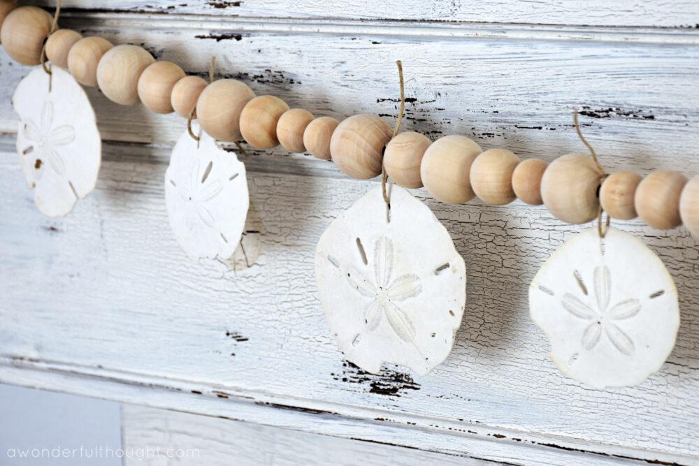 Dollars de sable suspendus à une guirlande de perles de bois