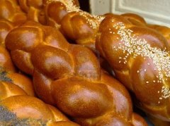 5409857-fresh-challah-in-paris-from-a-jewish-bakery