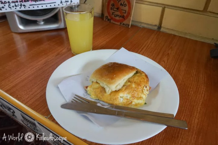 Omelette-Semmel mit Saft in einer Cafeteria