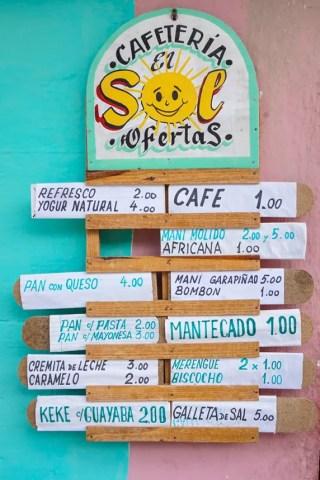 Typisches Cafeteria-Menü. Ein Kaffee kostet 1 Peso, also umgerechnet 4 Euro-Cent!
