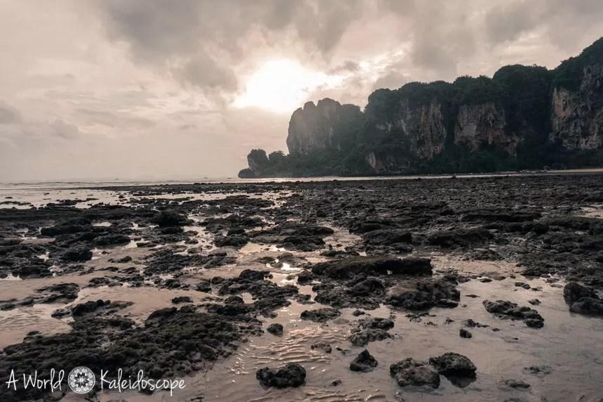 thailand-zur-regenzeit-tonsai-beach-rocks