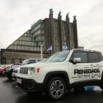 Zahlreiche Testfahrzeuge, wie hier der neue Jeep Renegade, stehen am Brüssel Auto Salon bereit