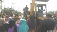 Emak-emak Karawang Hadang Alat Berat di Pembongkaran Bangli