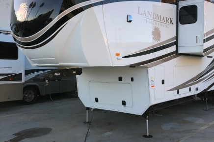 AXEL BLOOM ADJUSTABLE BED: LANDMARK 365 FIFTH WHEELER