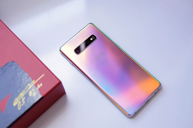 [Mobile] 三星 Galaxy S10 系列新色連發:主教紅(Cardinal Red)與棱鏡銀(Prism Silver),你愛哪一款?