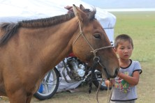 Bambino mongolo con il suo cavallo.