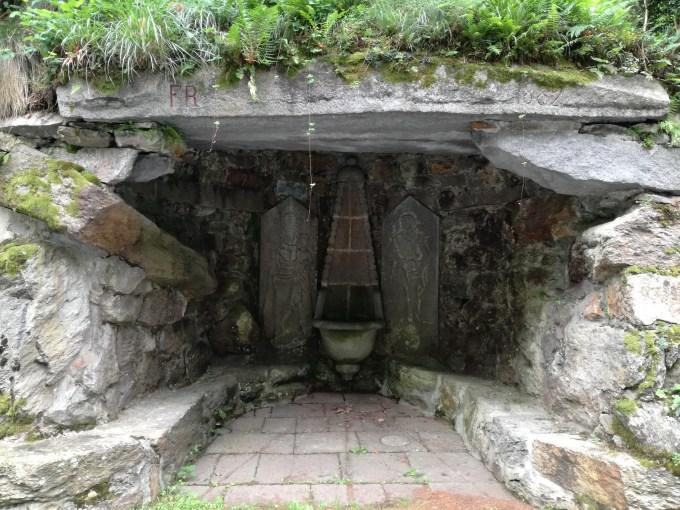 fontana con Madonna di Oropa e Giovanni Battista, notare la melograna in basso.jpg